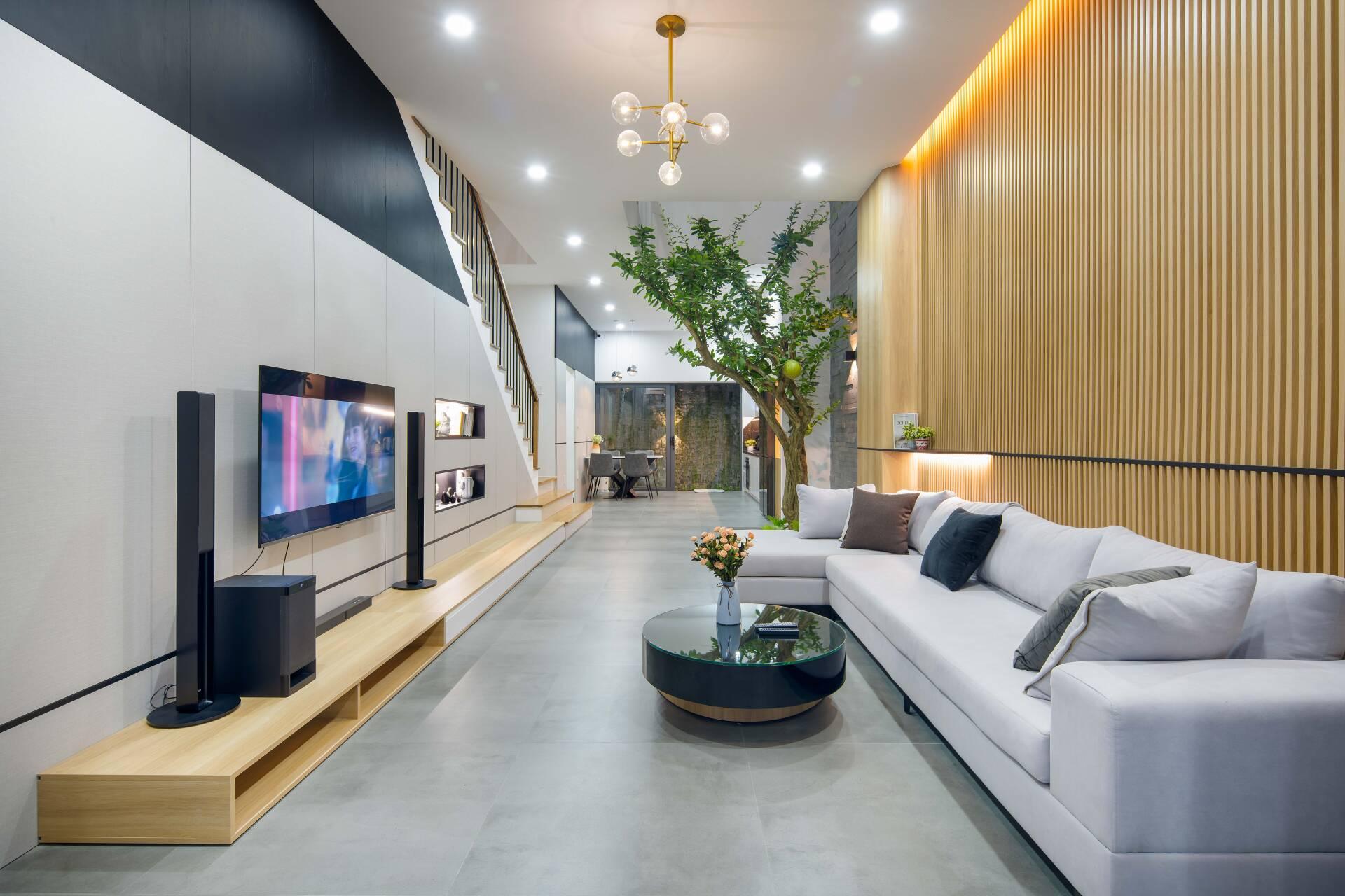 Không gian sinh hoạt chung ở tầng 1 bao gồm: phòng khách, phòng bếp - ăn, gara để xe