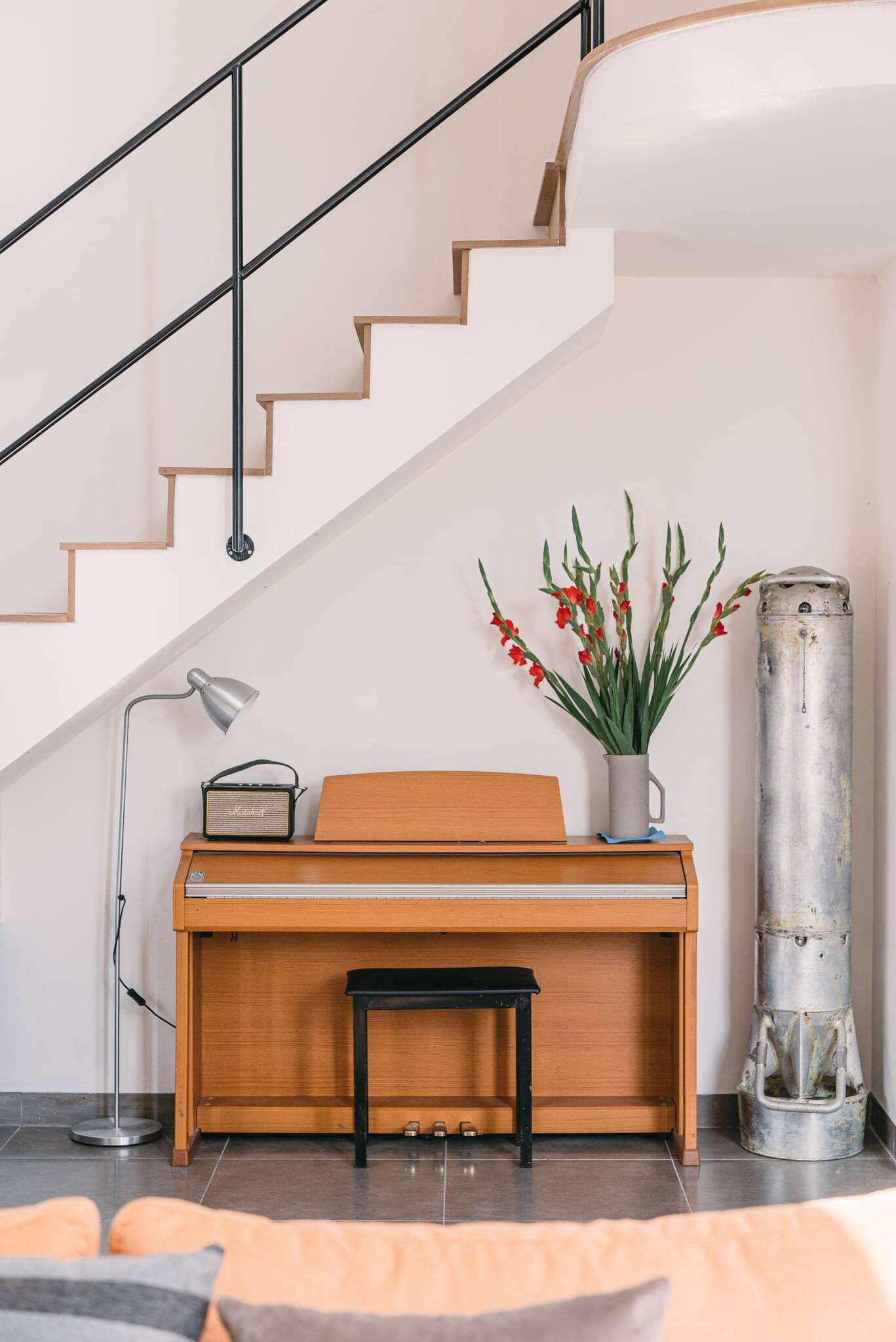 Khu vực giải trí với đàn piano cùng các đồ vật trang trí yêu thích của gia chủ