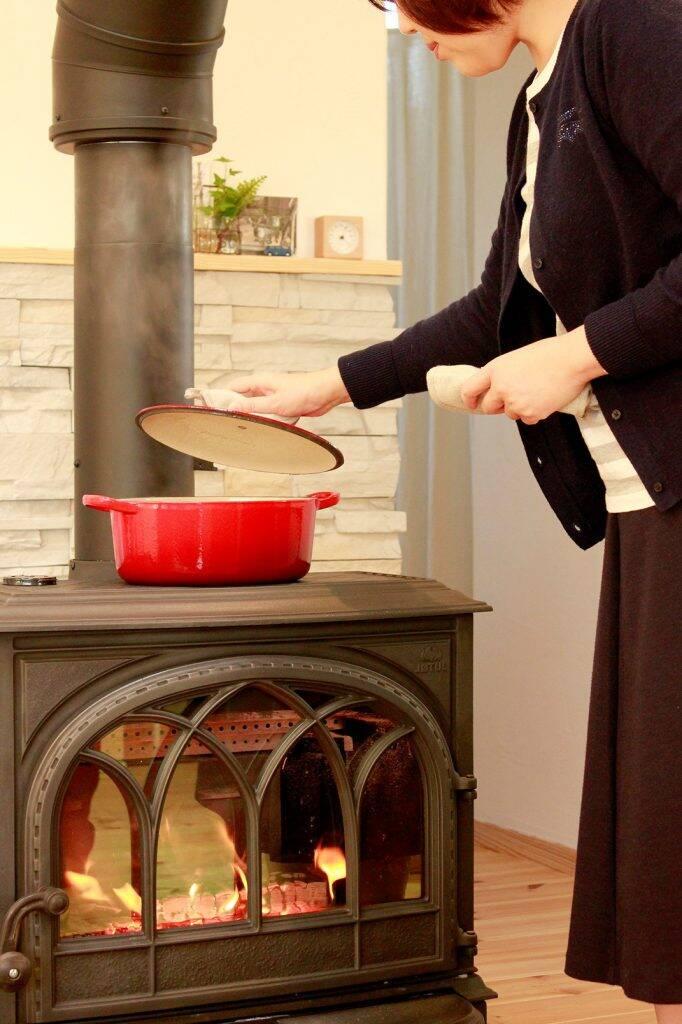 Bếp củi cũng có thể được tận dụng để nấu hoặc hâm nóng những món ăn đơn giản