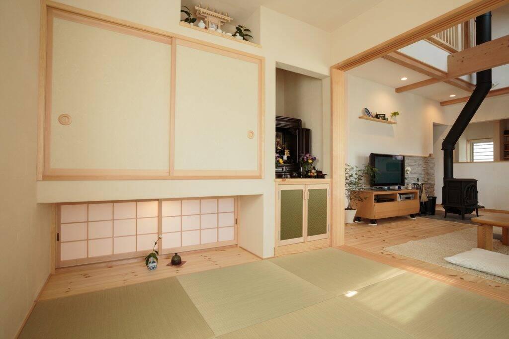Căn phòng thiết kế theo kiểu Nhật truyền thống với tủ treo và cửa sổ trệt, chiếu tatami giúp không gian như rộng hơn