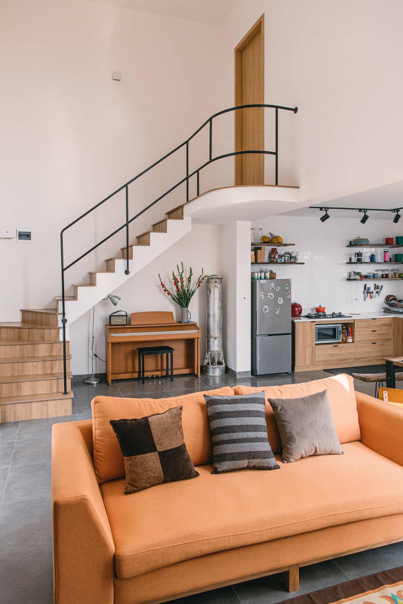 Sofa màu cam nổi bật, đủ rộng để hai vợ chồng nằm xem phim mỗi tối...
