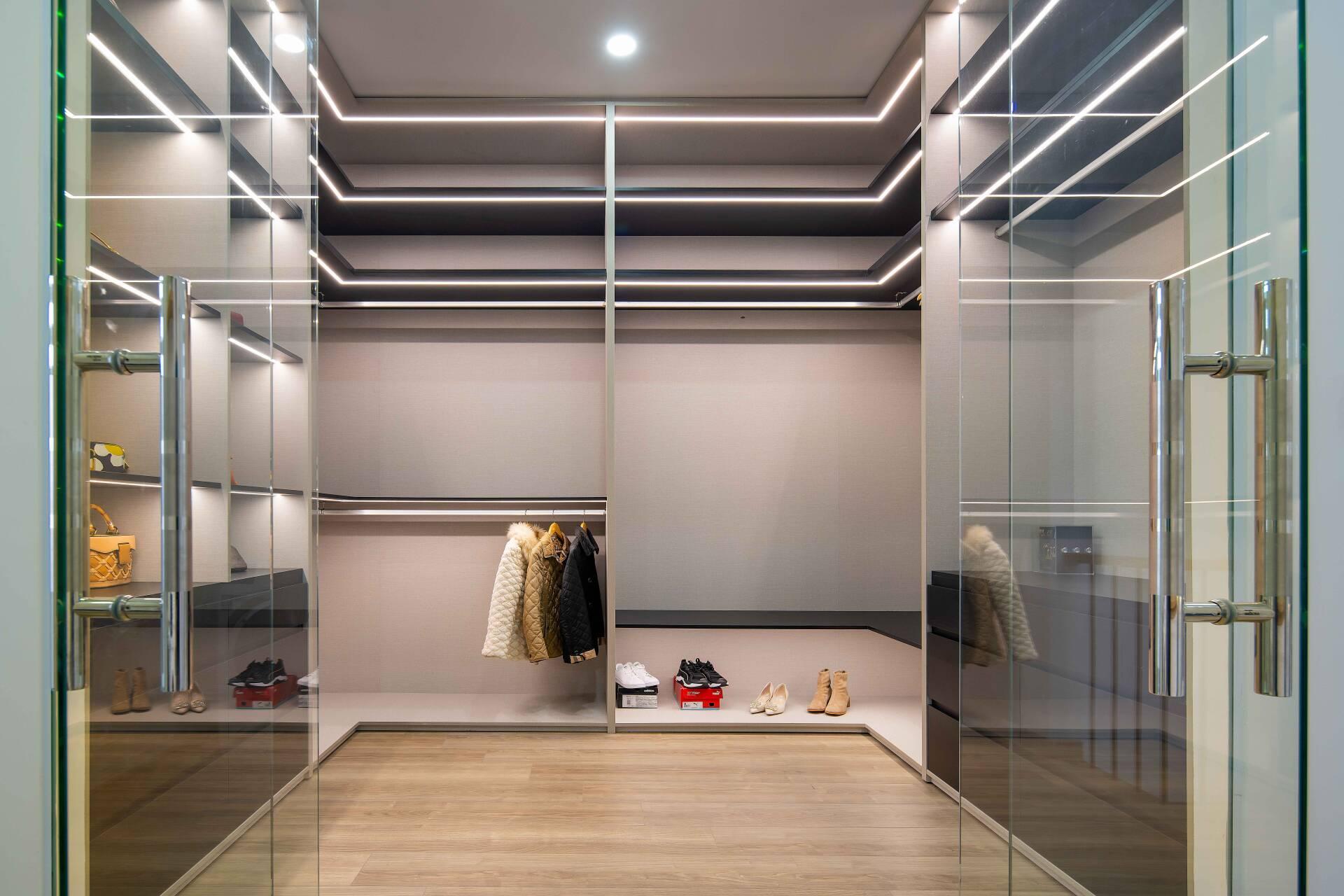 Phòng thay đồ được thiết kế ấn tượng khi sử dụng kệ treo thay vì tủ có cánh. Sử dụng kệ treo đồ sẽ giúp gia chủ dễ dàng tìm đồ cũng như hạn chế tình trạng ẩm mốc quần áo