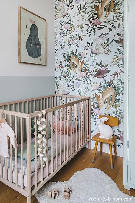 Căn phòng với phong cách Scandinavian nhỏ bé và ngọt ngào này của Room to Bloom kết hợp giấy dán tường in hình đồ họa đẹp mắt, đồ nội thất đơn giản và một loạt các điểm nhấn theo chủ đề động vật để tạo ra một không gian hoàn toàn nguyên bản.