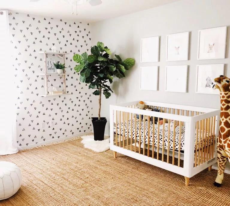 Giấy dán tường có hoa văn táo bạo, bộ đồ giường trắng đen phá vỡ tông màu trung tính và một cây cao su xinh xắn tạo thêm nét hoàn hảo, giúp không gian tràn đầy năng lượng tự nhiên.