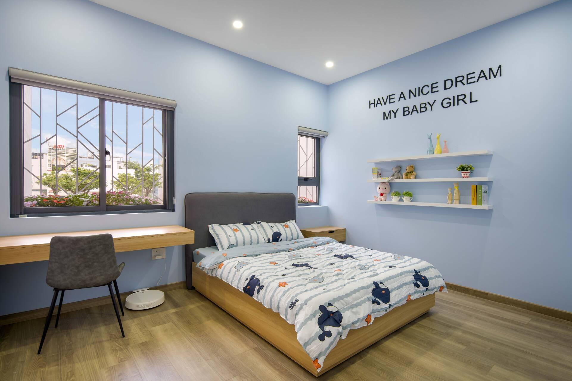 Phòng ngủ dành cho con gái của gia chủ mang gam màu xanh pastel dễ thương