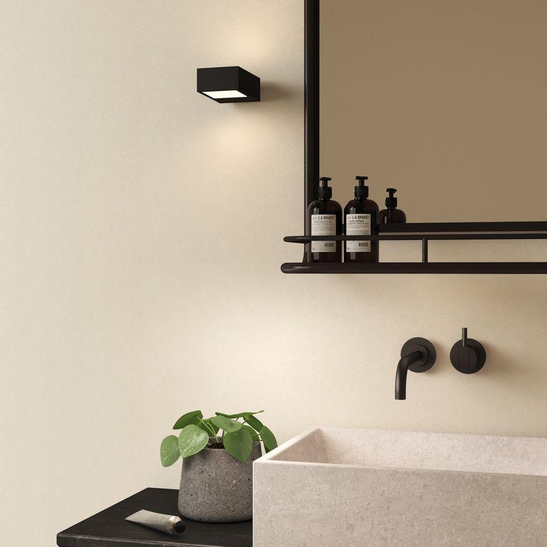 Xu hướng phòng tắm cuối cùng sẽ xuất hiện nhiều hơn vào năm 2021 là ánh sáng thông minh bằng roi điều khiển bằng bluetooth. George giải thích: 'Đèn trần Bluetooth có thể giúp mang lại một chút chức năng nhà thông minh cho phòng tắm của bạn. 'Khả năng truyền phát âm thanh từ điện thoại của bạn khiến việc tắm vòi sen và ngâm mình lâu trở nên thú vị hơn, trong khi hệ thống đèn LED mạnh mẽ hoạt động tốt trong cả phòng tắm sáng và tối.'