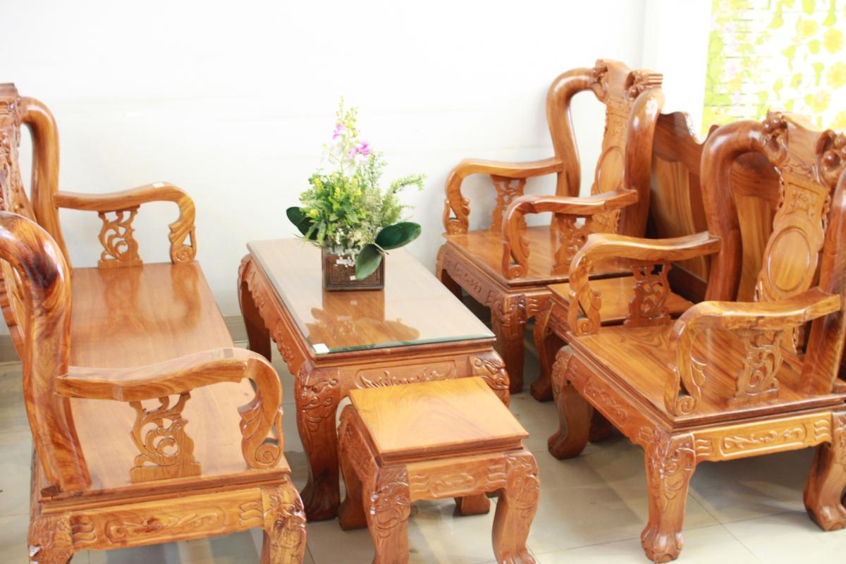Mẫu bàn ghế gỗ phòng khách nhỏ, với thiết kế sang trọng tạo nên sự nổi bật cho không gian phòng khách hiện đại