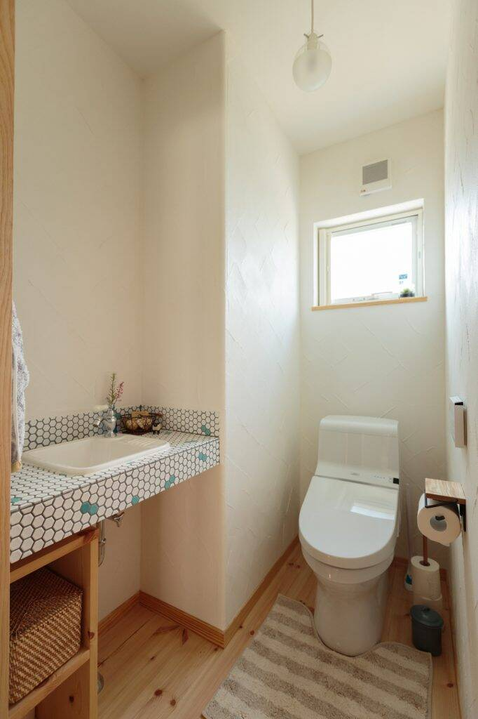 """Bồn rửa tay được thiết kế """"vui tươi"""" với gạch mosaic lục giác màu trắng và xanh nhạt"""