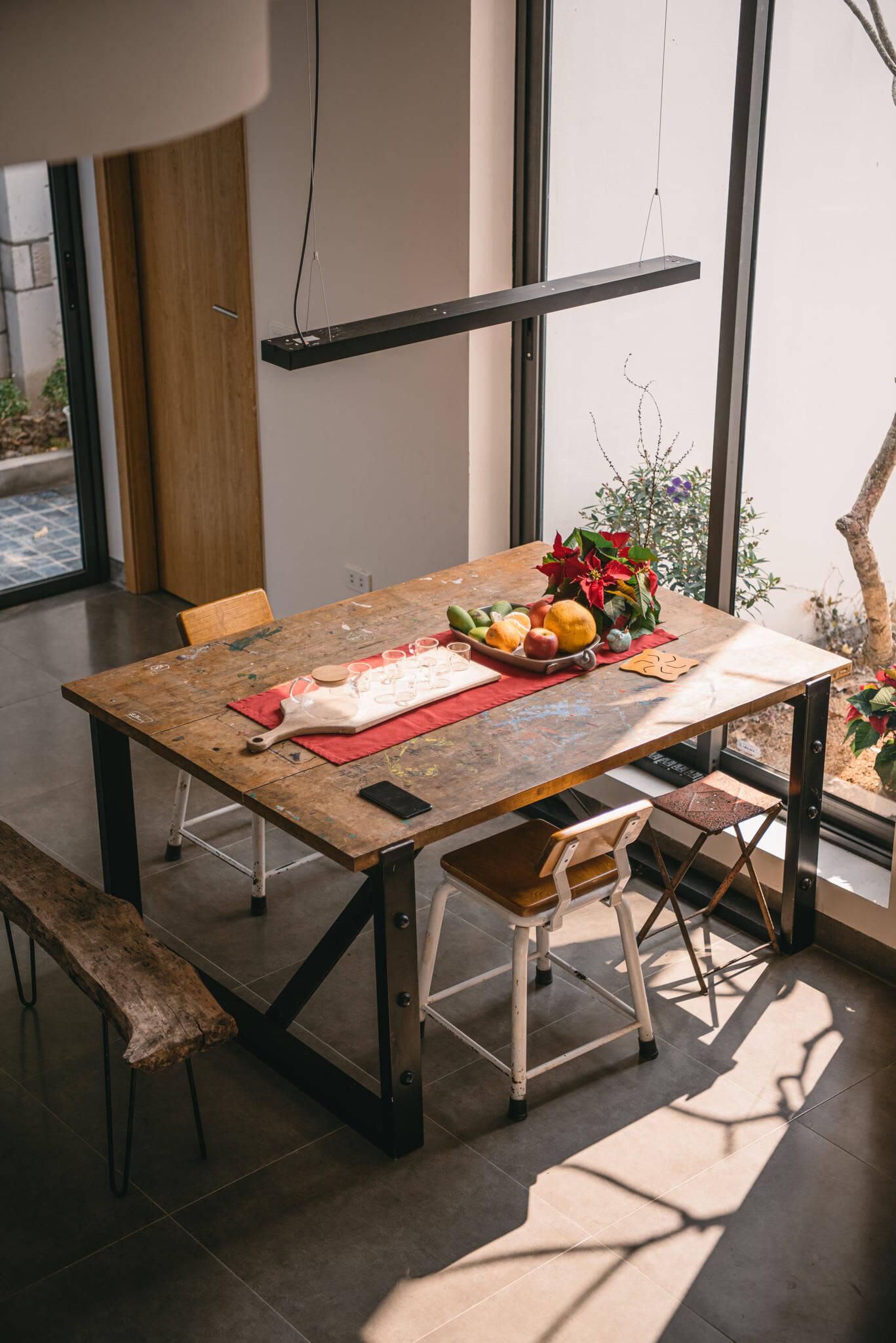 """Bộ bàn ăn """"độc nhất vô nhị"""" của vợ chồng anh Khánh hòa quyện với thiên nhiên gần gũi"""