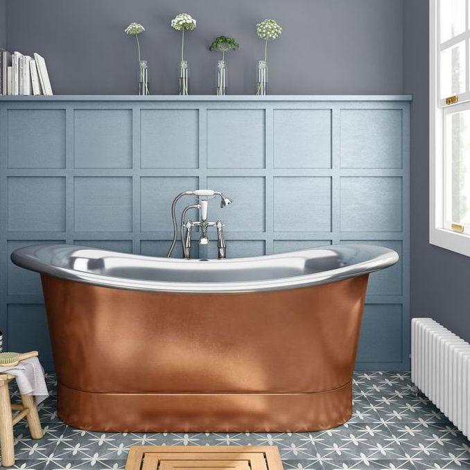 Một chiếc bồn tắm bằng đồng sẽ nâng tầm phòng tắm của bạn ngay lập tức. Bồn tắm đặt chân có nhiều hình dạng và kích cỡ khác nhau, do đó có thể dễ dàng thêm vào các không gian nhỏ hơn hoặc thậm chí là phòng tắm riêng. 'Hãy thận trọng với chất tẩy rửa mạnh hoặc các sản phẩm tẩy rửa vì chúng có thể gây hư hỏng chất liệu và đảm bảo sử dụng vải mềm thay vì bàn chải để làm sạch để tránh trầy xước.