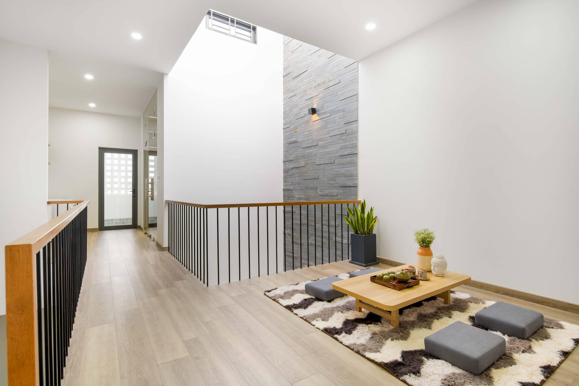 Tầng 3 là không gian sinh hoạt chung khác, riêng tư hơn của gia đình với bàn trà để đọc sách được bố trí ngay khoảng thông tầng