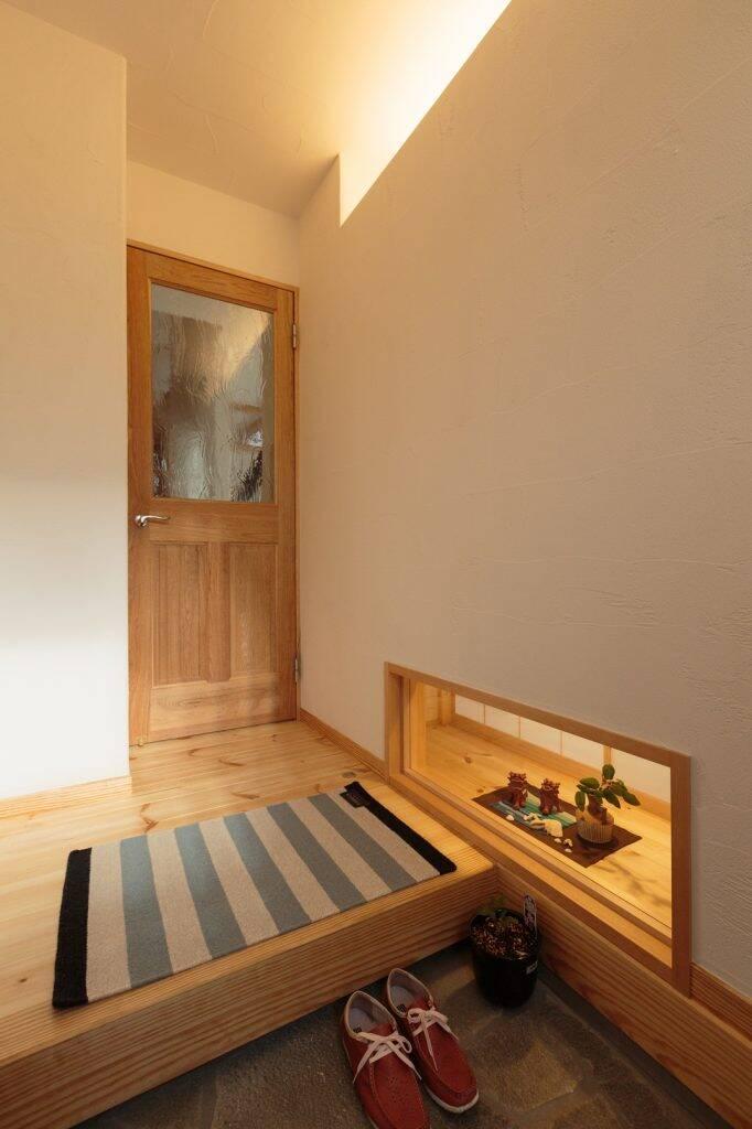 Sảnh vào nhà phảng phất hương thơm của gỗ, góc trưng bày nhỏ dưới chân là cách gia chủ tận hưởng những lúc giao mùa bằng cách bày trí các loại hoa khác nhau theo ngày