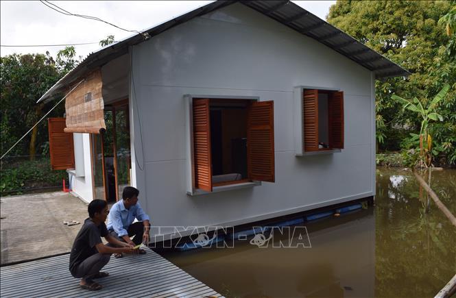 """""""Ngôi nhà lưỡng cư"""" thích ứng với biến đổi khí hậu khu vực Đồng bằng sông Cửu Long. Ảnh: Chương Đài/TTXVN"""