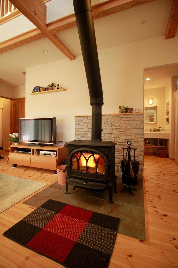 """Bếp củi hiện diện với vai trò là vị trí trung tâm của căn nhà, cũng như ý nghĩa luôn """"giữ lửa"""" cho hạnh phúc gia đình"""