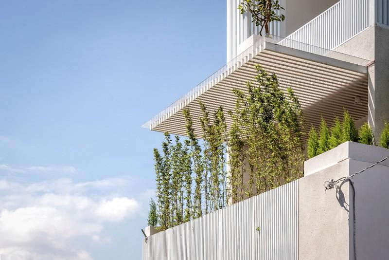 Bên ngoài ngôi nhà có điểm nhấn là các tầng cây xanh bao phủ