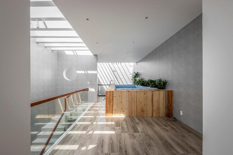 Ở tầng trên cùng, KTS còn thiết kế bể cá làm điểm nhấn cho khu vui chơi của các con trong nhà