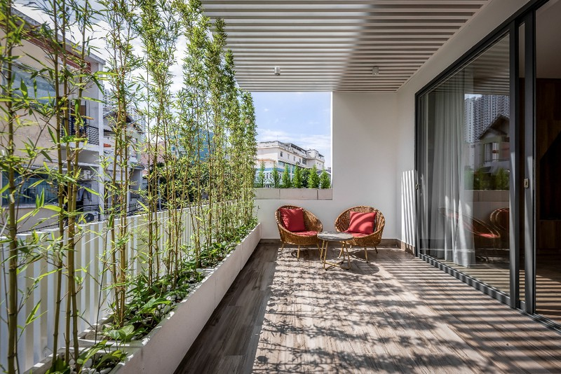 Lan can phòng ngủ rộng rãi, bên ngoài trồng cây xanh tạo bóng mát và giảm lượng nhiệt bức xạ vào nhà
