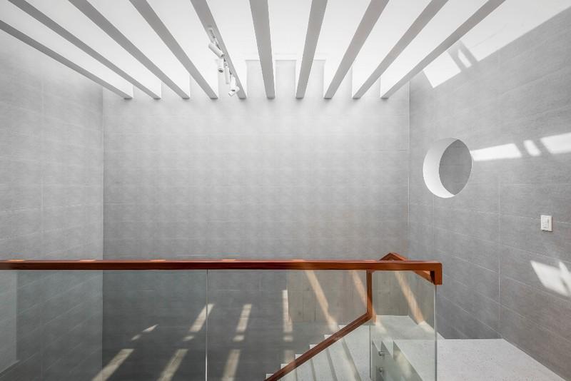 Lối dẫn lên các bậc thang có lan can bằng kính trong suốt