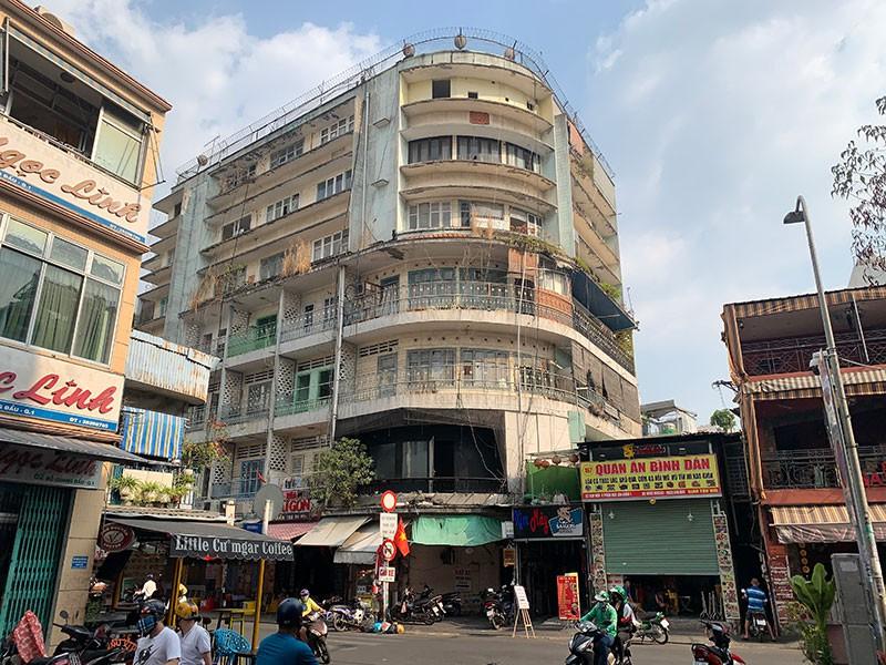 Chung cư 155-157 Bùi Viện, phường Bến Thành, quận 1 là một trong những chung cư hư hỏng nặng phải di dời khẩn cấp. Ảnh: VIỆT HOA