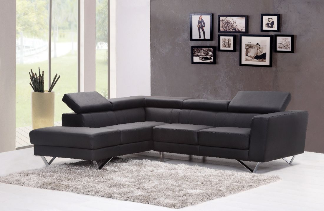 Cách bố trí sofa chèn ngay cửa sổ lớn tạo cảm giác không gian bị chật hẹp