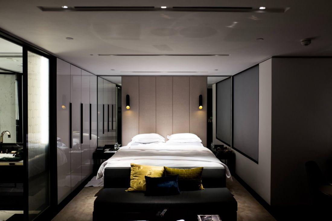 Ánh sáng thiếu sẽ dễ gây lầm tưởng không gian căn phòng bị thu hẹp hơn