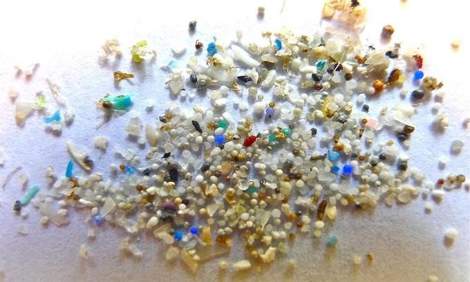 Những mảnh nhựa trong quá trình tạp graphene. Ảnh: Massive Science