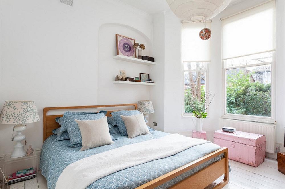Để không gian phòng ngủ thêm rộng rãi và thoải mái hơn, thì bạn nên sử dụng hệ thống cửa sổ bằng kính để tận dụng nguồn ánh sáng tự nhiên, tạo không gian mở cho phòng ngủ.