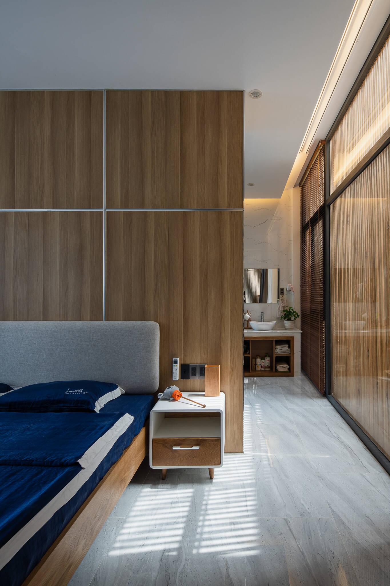 Phòng vệ sinh nằm phía bên trong phòng ngủ lớn