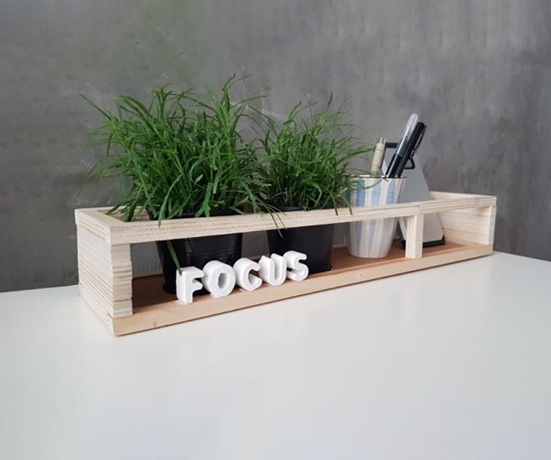 Một chiếc kệ gỗ tạo điểm nhấn tuyệt vời cho bàn học
