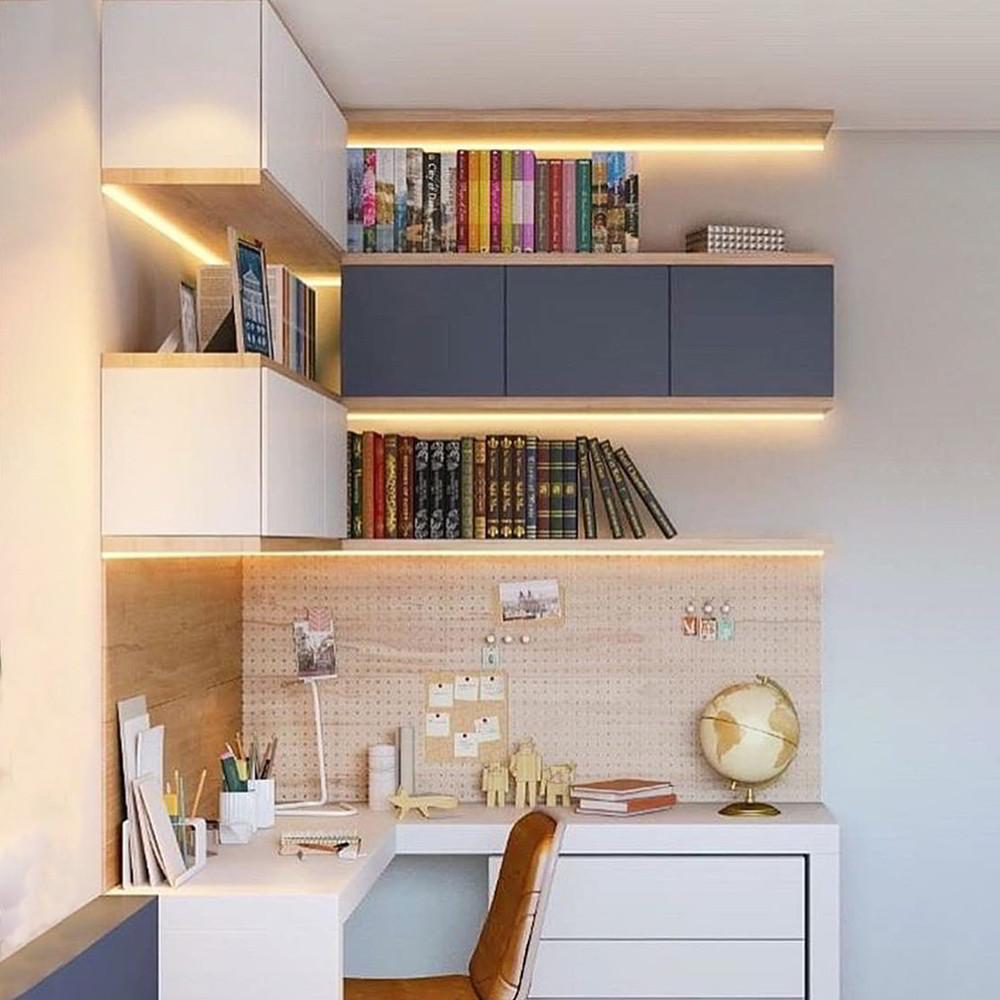 Trang trí bàn học bằng cách dán đèn led bên dưới kệ sách treo tường