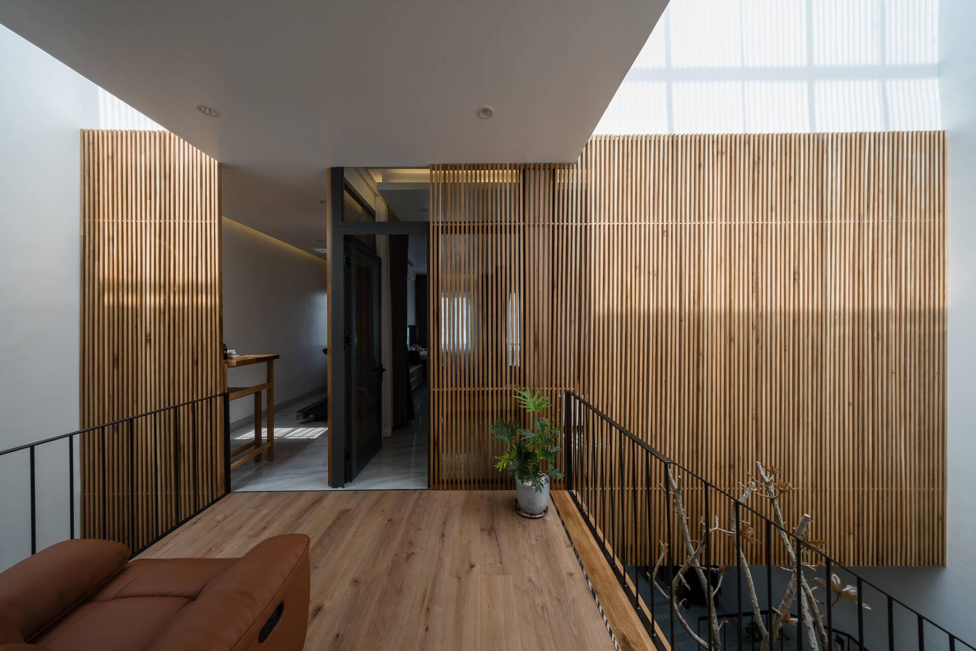 Ngôi nhà được cắt thành 2 hình hộp chữ nhật để tạo ra nhiều khoảng trống đưa nắng, gió, cây xanh tràn vào