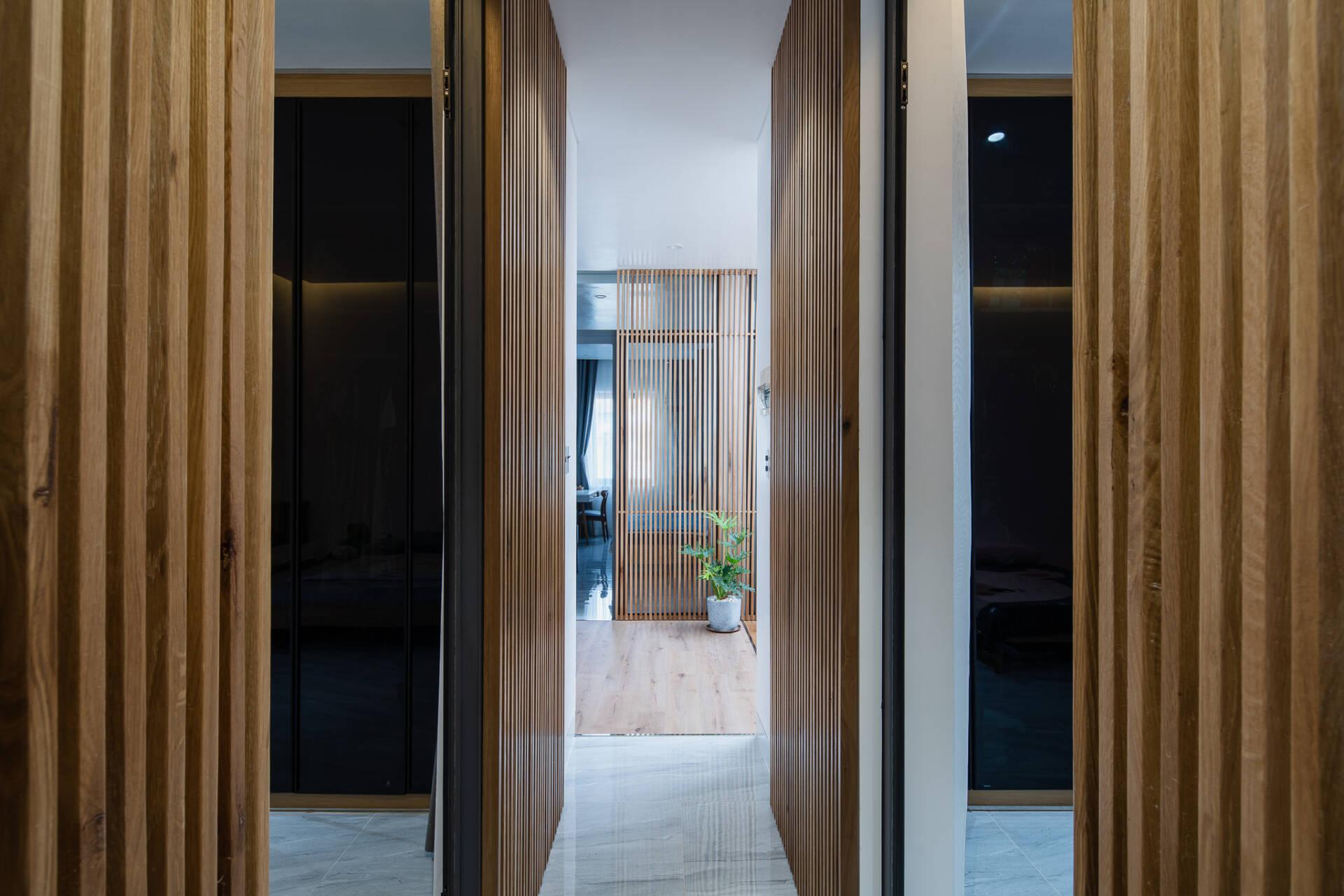 Hệ lam gỗ một lần nữa lại xuất hiện vừa tạo sự riêng tư mà vẫn đủ để đưa không khí vào các phòng