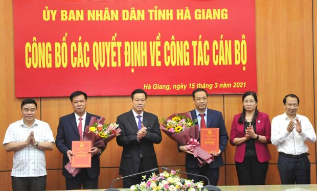 Các đồng chí lãnh đạo tỉnh Hà Giang tặng hoa chúc mừng đồng chí Nguyễn Tiến Dũng và các đồng chí được nhận quyết định bổ nhiệm. Ảnh Kim Tiến