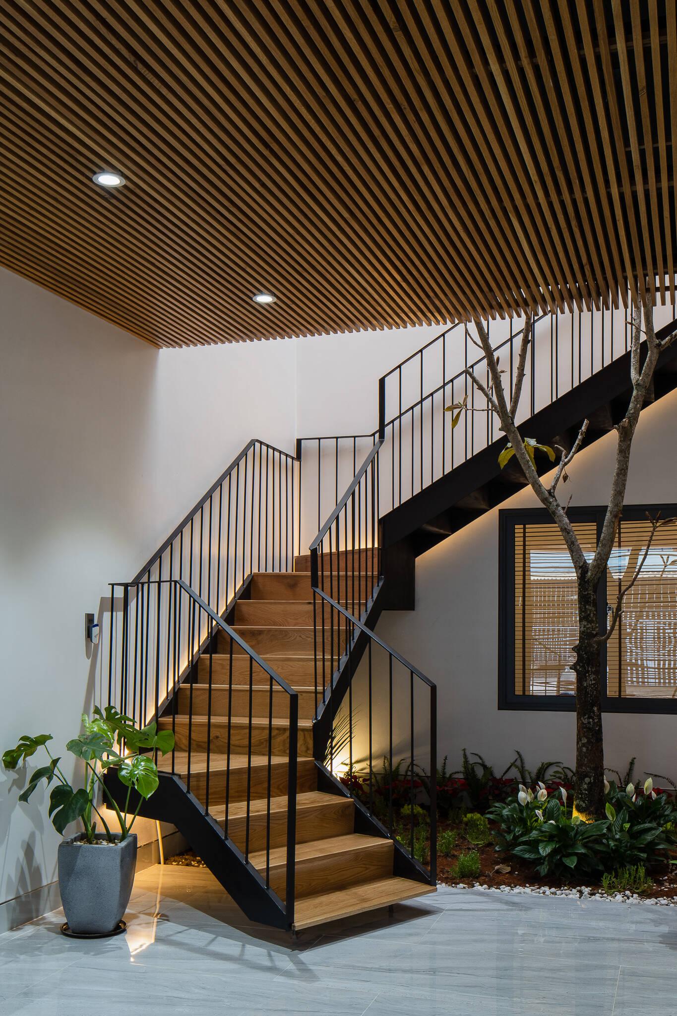 Cầu thang gỗ chắc chắn dẫn lên không gian phía bên trên