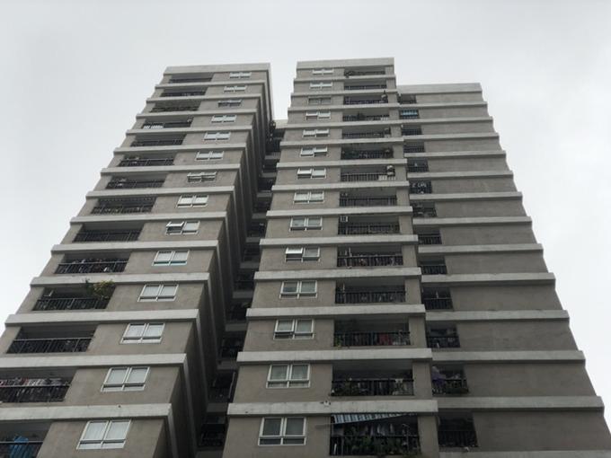 Tại chung cư nơi cháu bé 3 tuổi rơi xuống từ tầng 12, lan can của nhiều hộ gia đình không bảo đảm an toàn Ảnh: HUY THANH