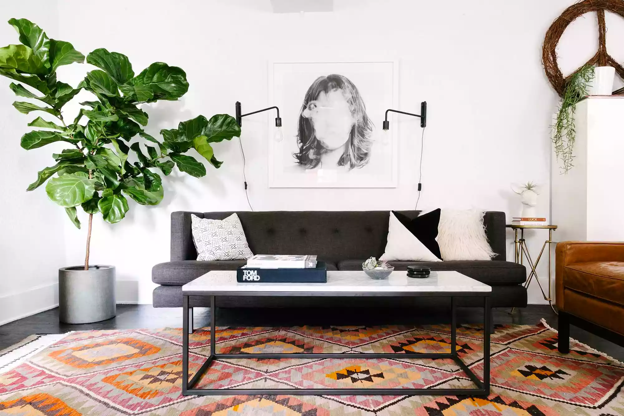 Đồ nội thất tối màu tạo thêm chiều sâu cho phòng khách nhỏ màu trắng