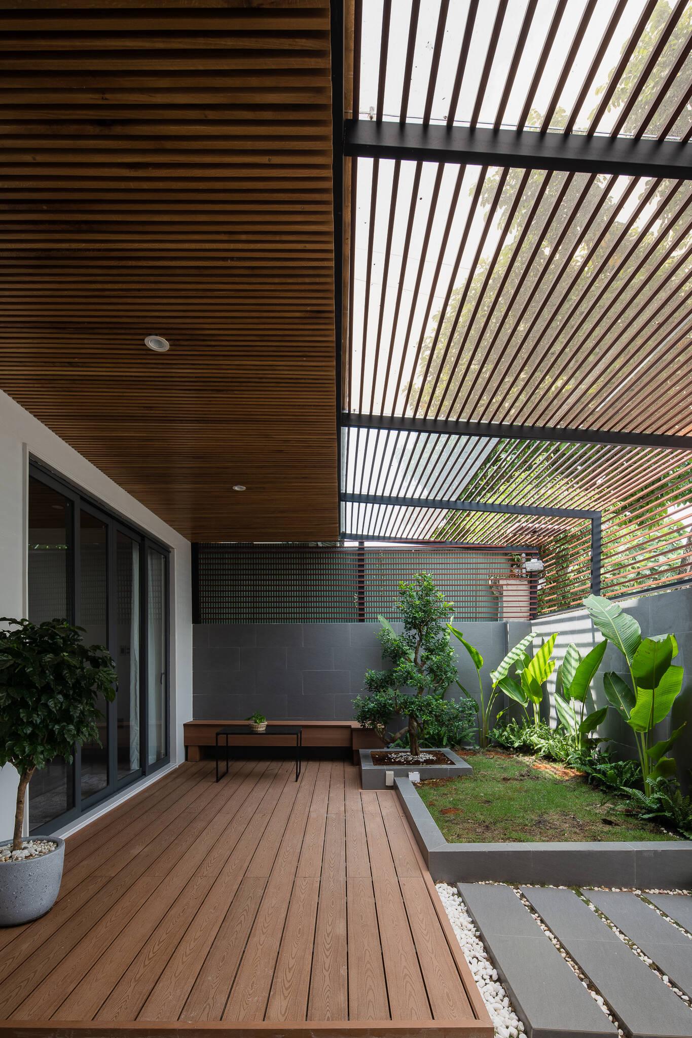 Khoảng sân có mái hiên là địa điểm lý tưởng để tiếp khách, thưởng trà hoặc đơn giản ngồi thư giãn sau một ngày dài làm việc