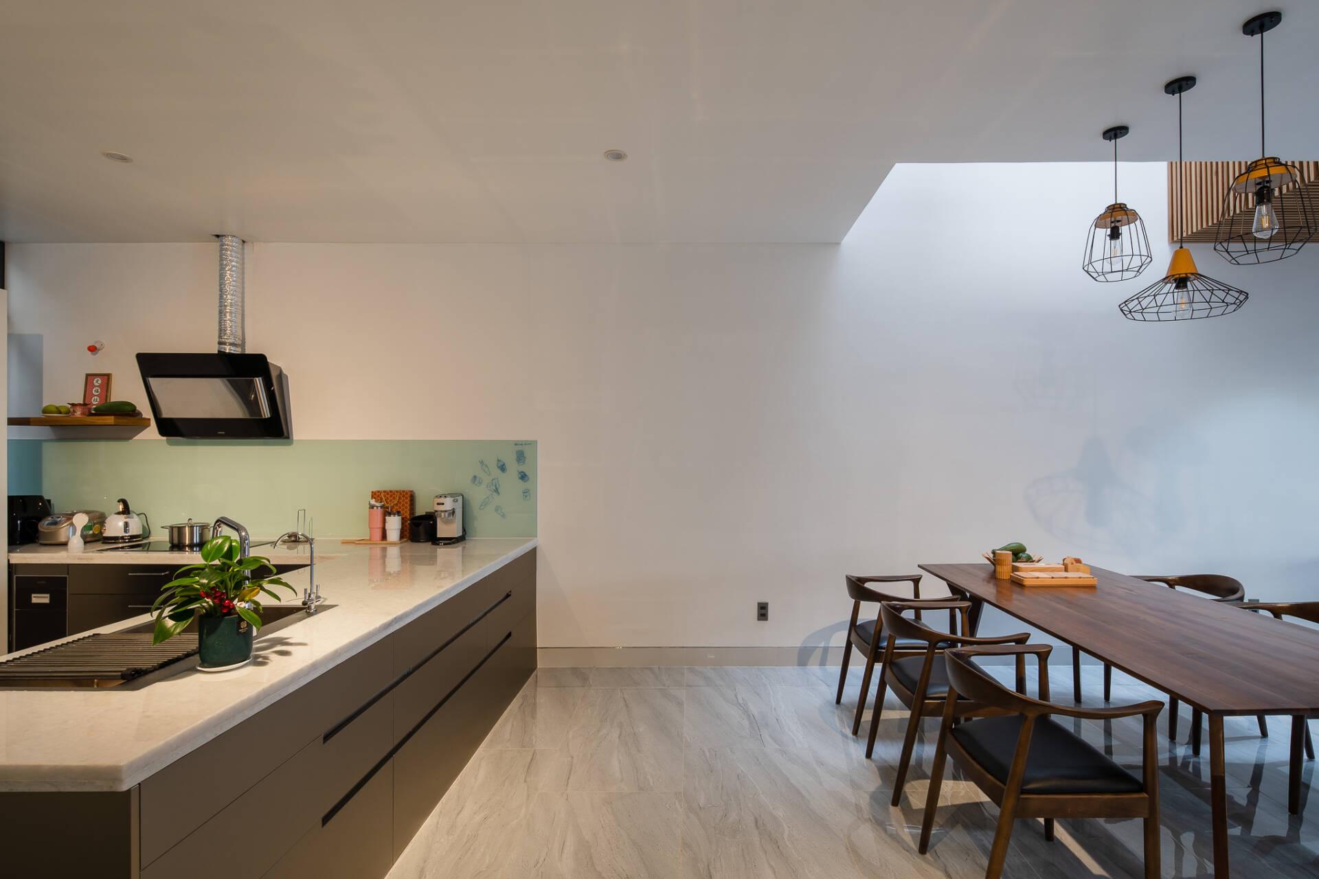 Bếp và bàn ăn thoáng sáng với khoảng thông tầng