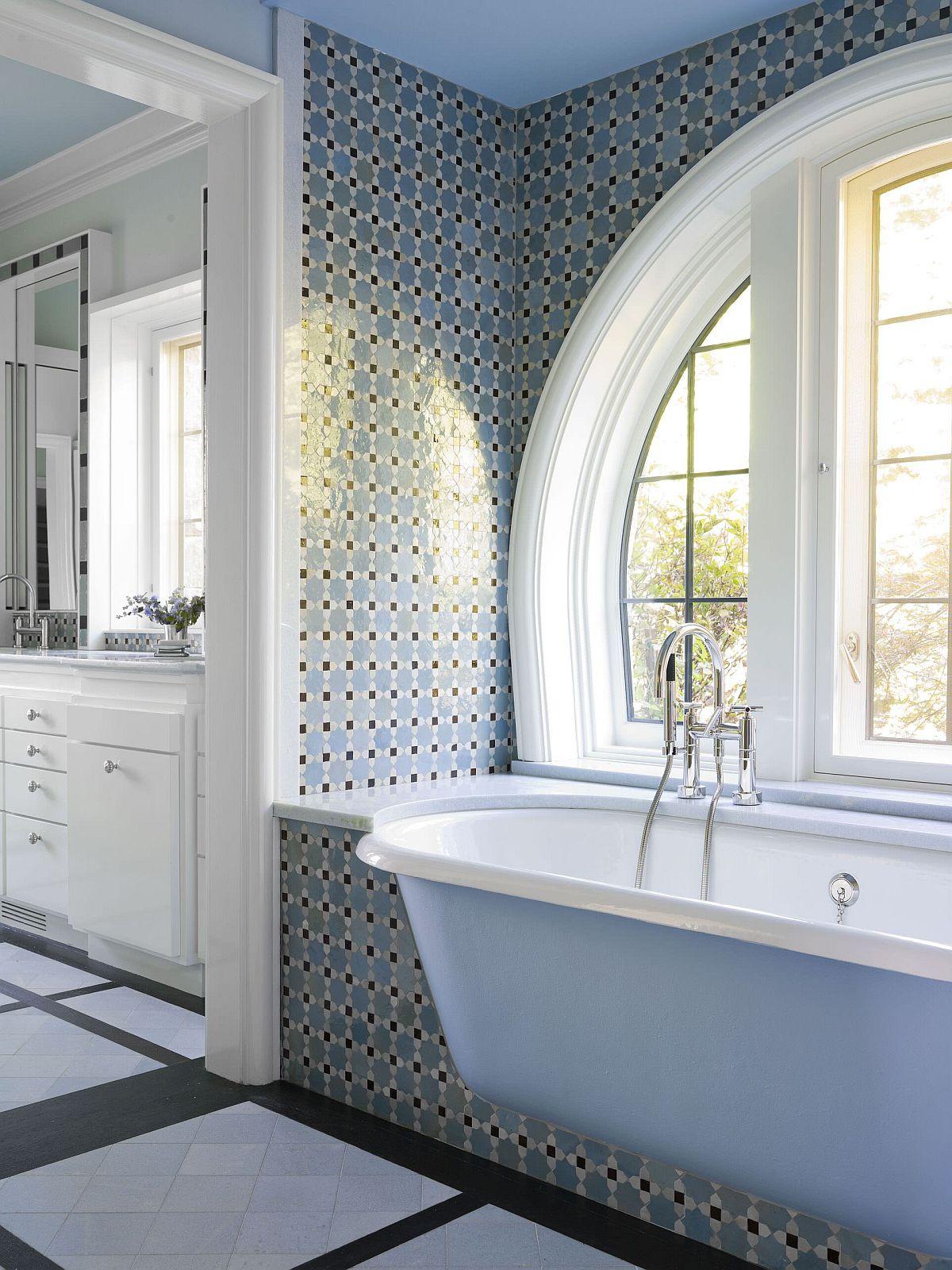 Bồn tắm màu xanh lam nhạt cho phòng tắm thời Victoria hiện đại