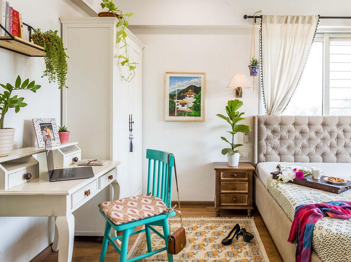 Chiếc ghế màu xanh bổ sung màu sắc cho không gian làm việc trong phòng ngủ