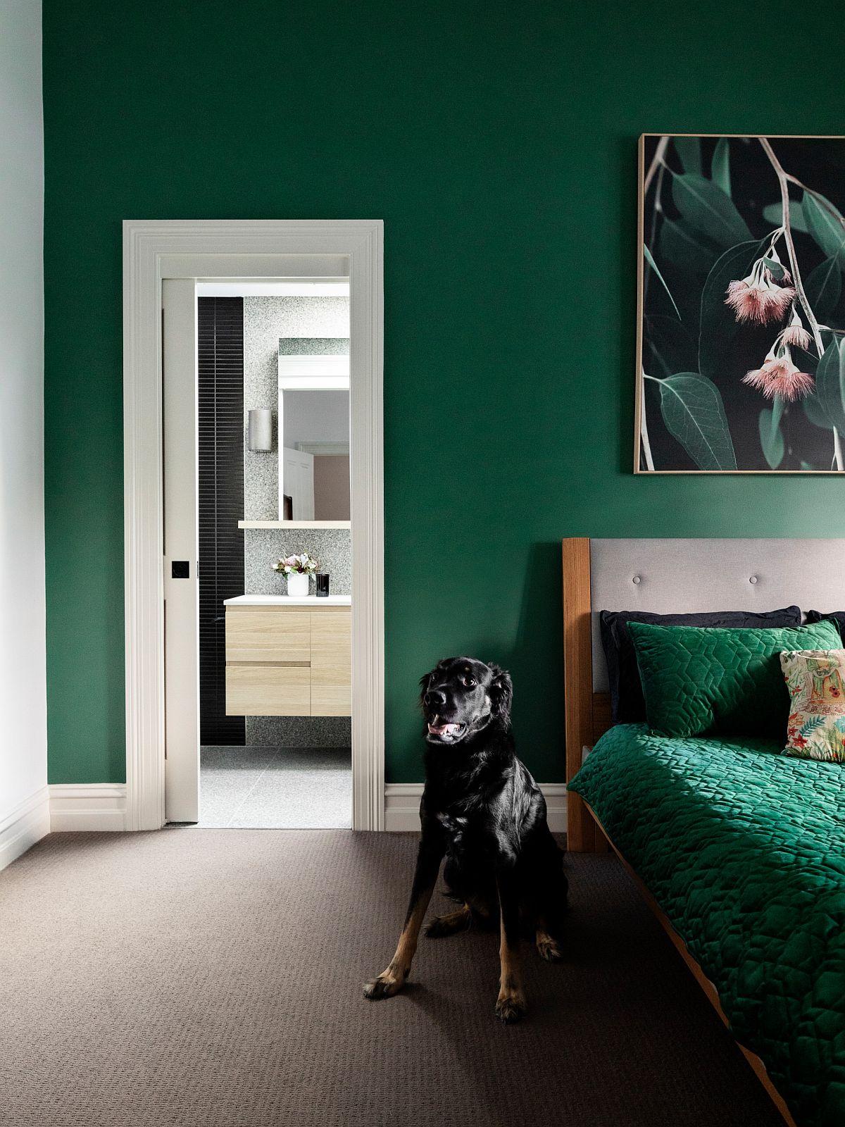 Phòng ngủ hiện đại với màu xanh lá cây đậm với các điểm nhấn màu trắng tạo cảm giác sảng khoái và tinh tế