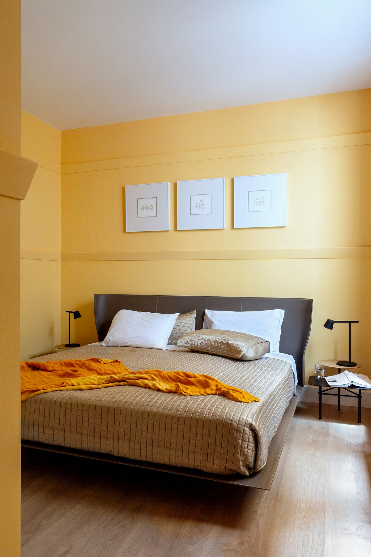 Phòng ngủ hiện đại màu trắng và vàng với sàn gỗ