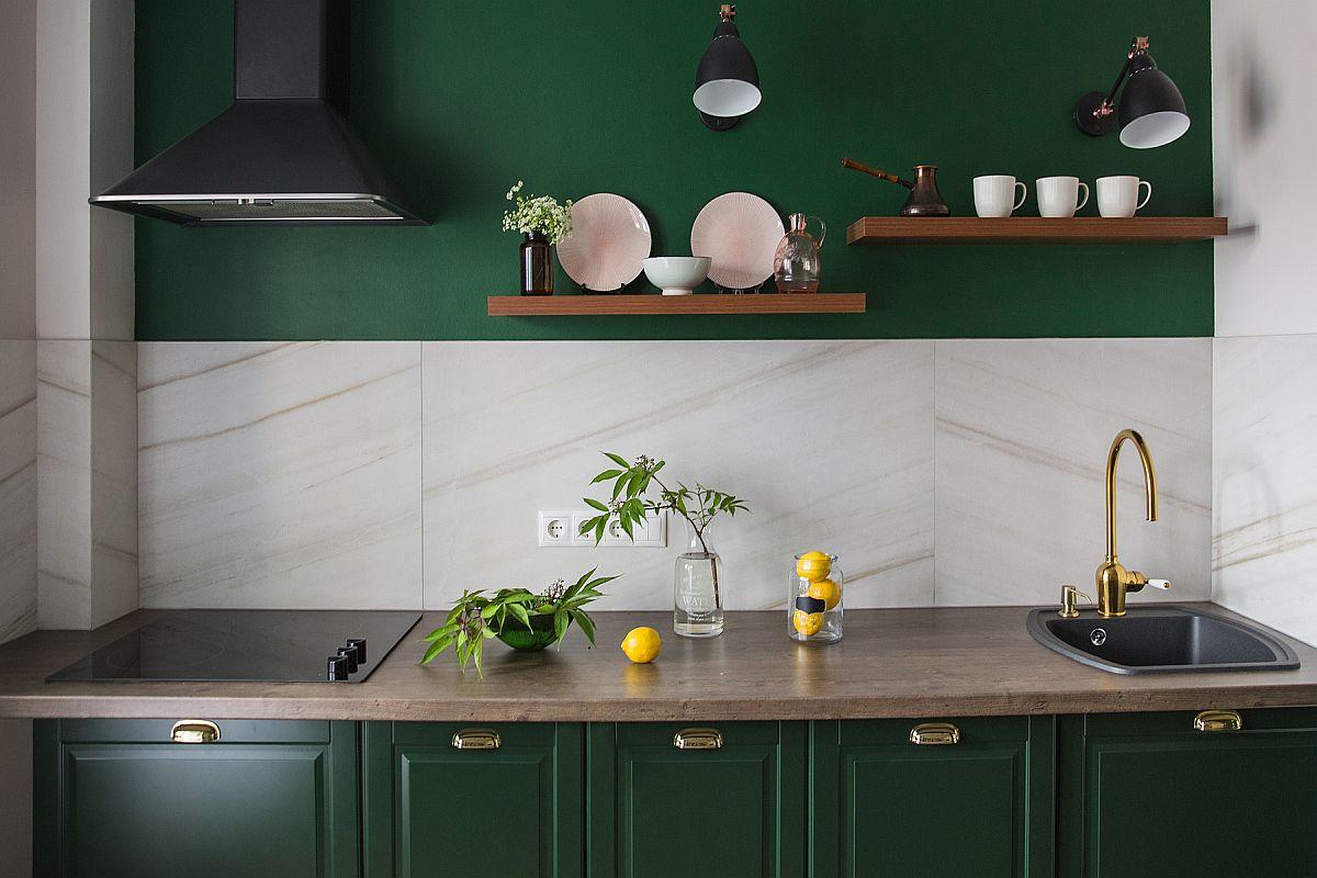 Tủ màu xanh đậm bắt mắt kết hợp với đá cẩm thạch trắng trong nhà bếp nhỏ hiện đại