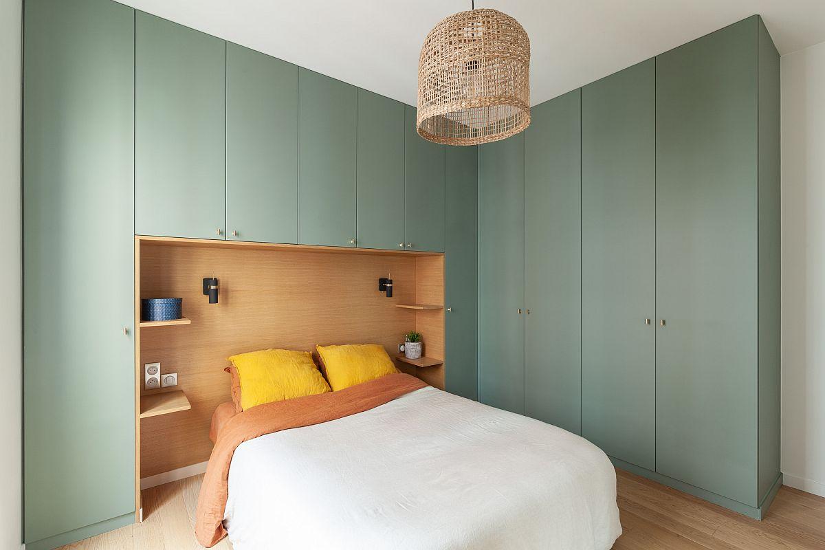 Tủ màu xanh lá cây nhạt tuyệt đẹp cho phòng ngủ Paris hiện đại mang lại màu sắc và sự tương phản