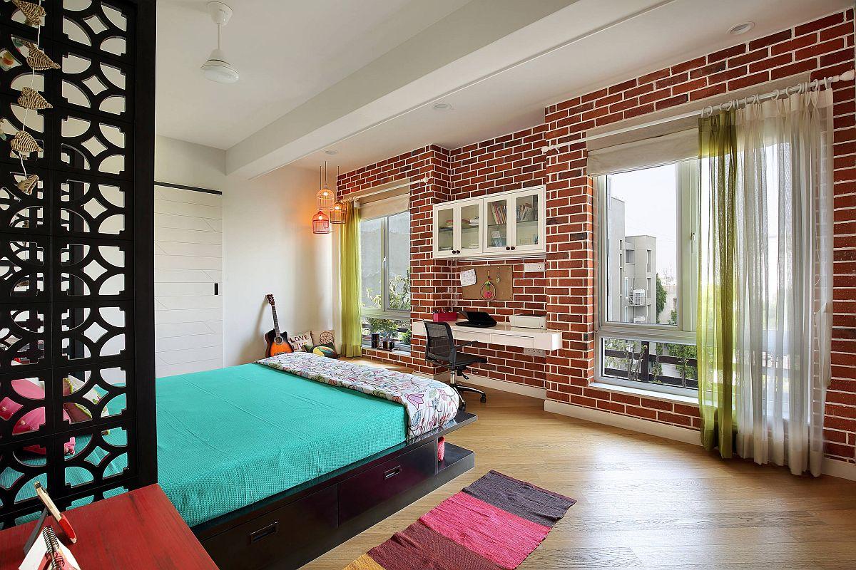 Bàn treo tường kết hợp với kệ trong phòng ngủ chiết trung hiện đại
