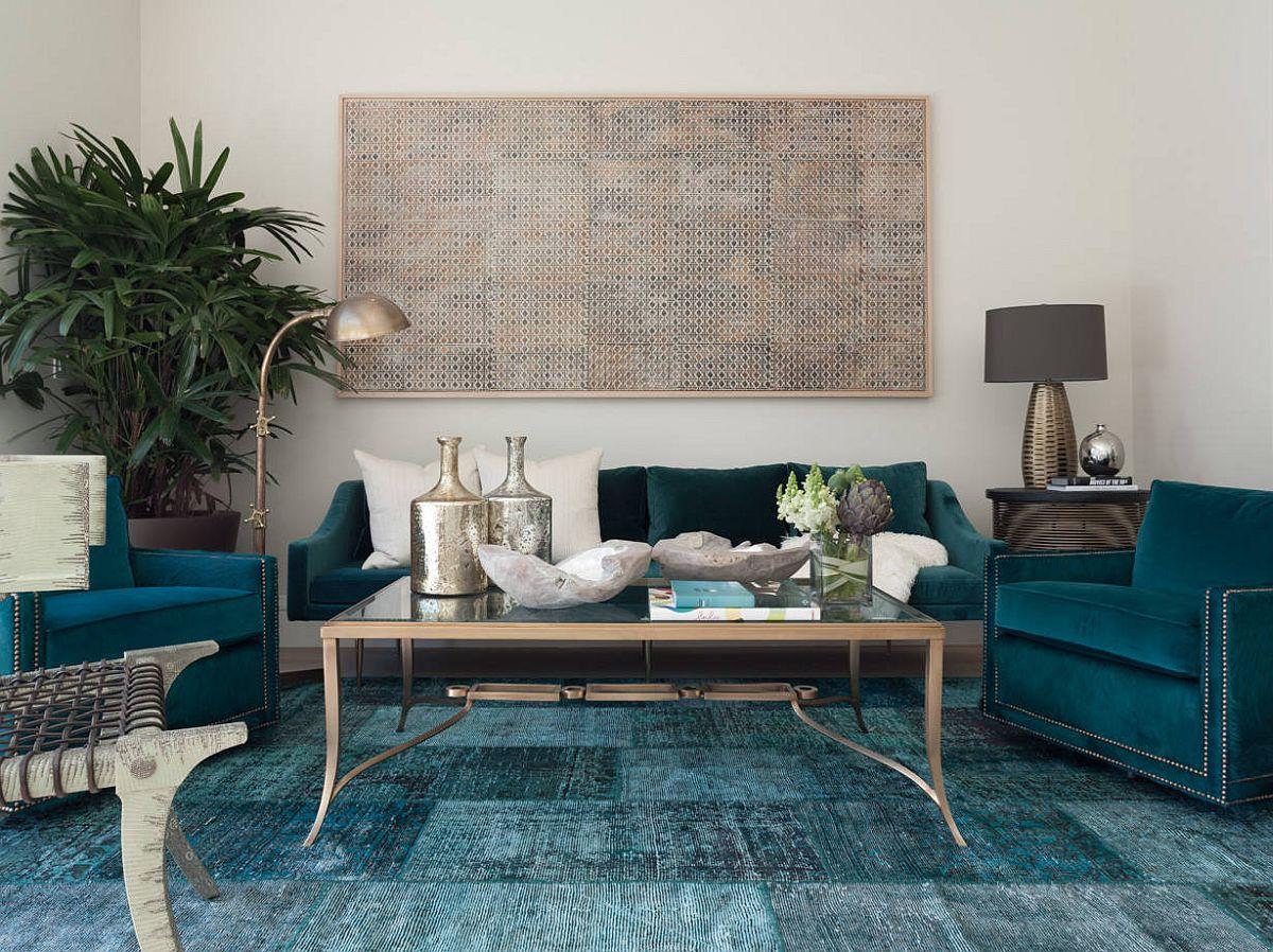 Ghế sofa, thảm và các điểm nhấn khác tạo thêm sắc thái xanh đậm và xanh mòng két cho phòng khách hiện đại rộng rãi