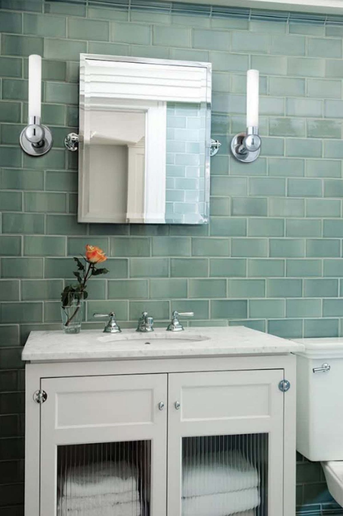 Gạch màu xanh lá cây cho phòng tắm hiện đại với bàn trang điểm màu trắng và hệ thống chiếu sáng thông minh