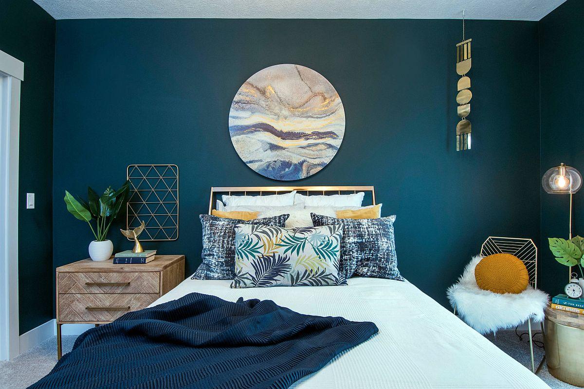 Phòng ngủ phong cách bãi biển hiện đại đầy sức sống với những bức tường màu xanh mòng két rực rỡ và bản in tuyệt đẹp