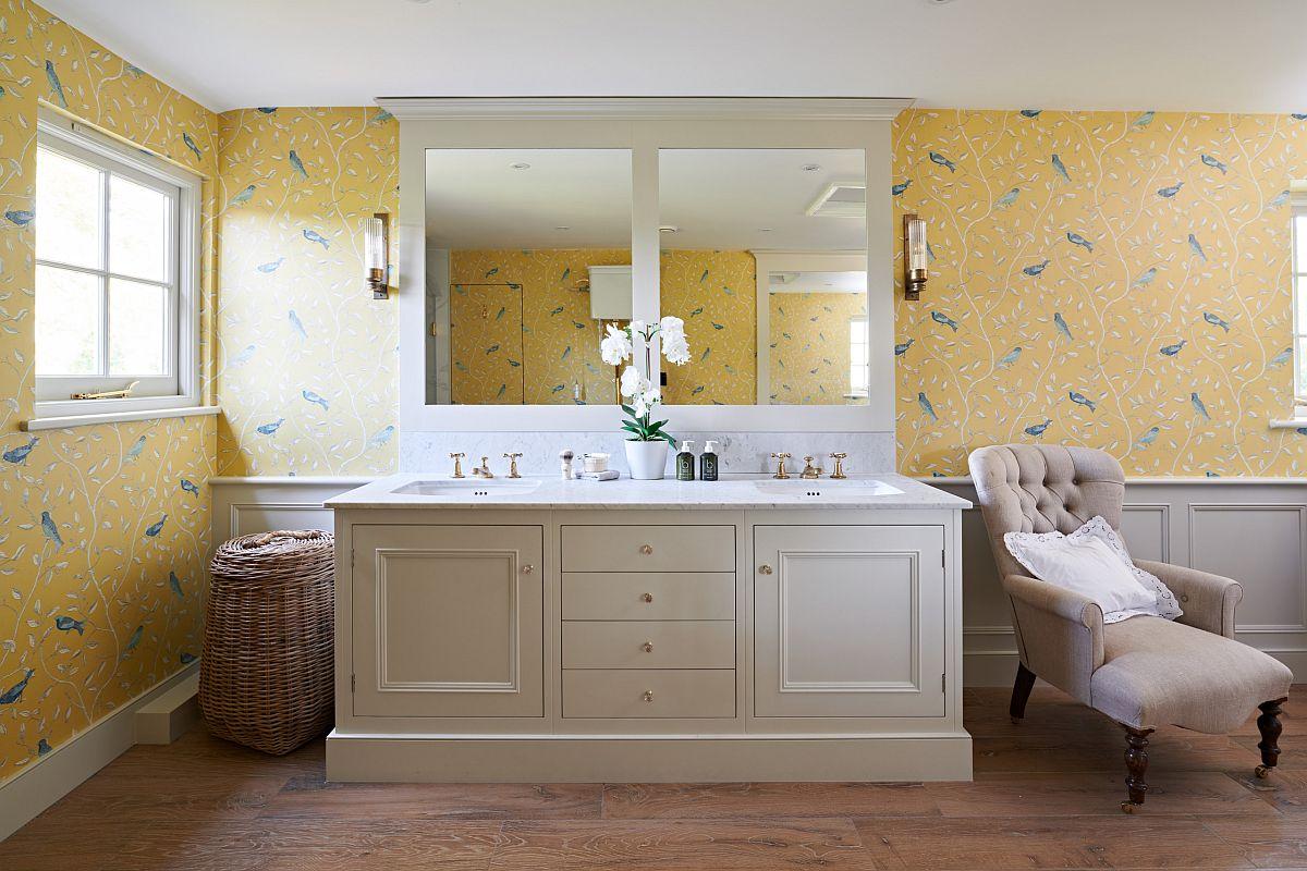 Giấy dán tường màu vàng với hoa văn lấy cảm hứng từ thiên nhiên mang đến vẻ đẹp đầy sức sống cho phòng tắm này