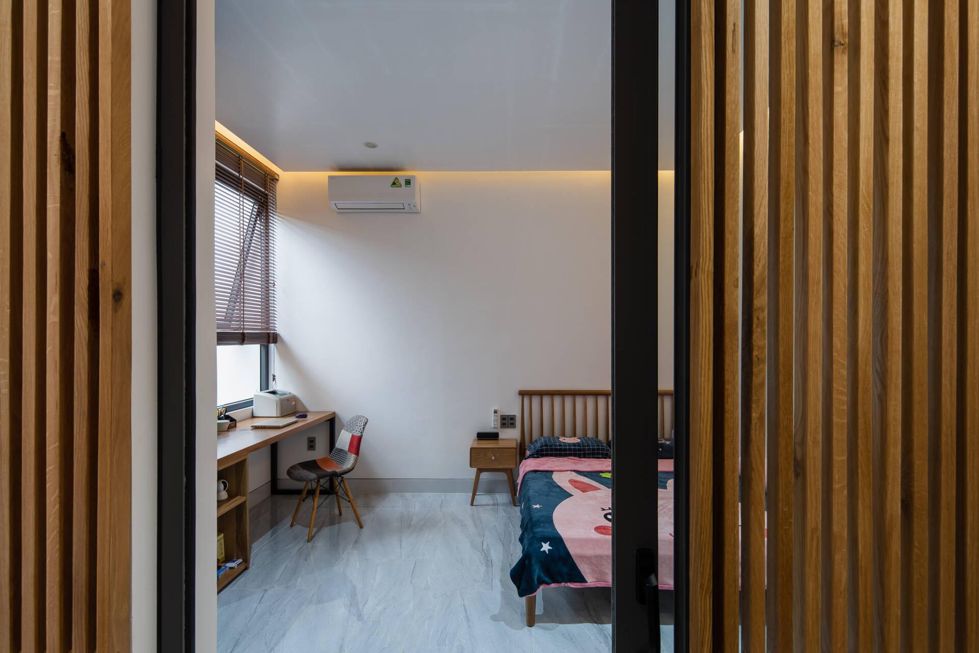 Phòng ngủ của con cũng được thiết kế khá tương đồng với phòng ngủ bố mẹ